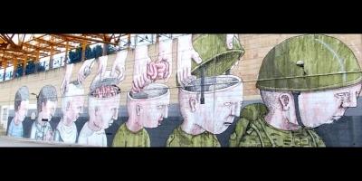 Descerebrados: grafiti mostrando el intercambio del cerebro por un casco...